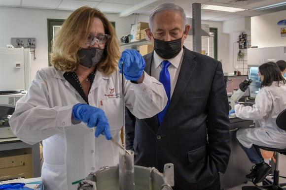 Israeli Prime Minister Benjamin Netanyahu and Dr. Neta Lavon, VP of R&D at Aleph Farms examine cultivated meat production